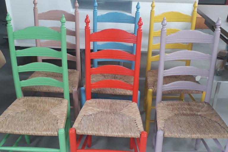 stoelen spuiten in kleur